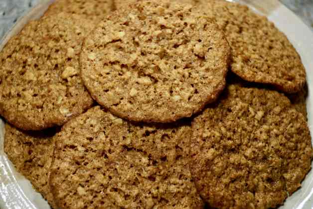 Crispy and Chewy Coconut Flour Oatmeal Cookies #coconutflour #glutenfreecookies #oatmealcookies