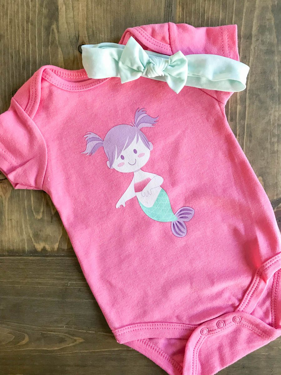 Everyday Party Magazine Simple Infant Onesies #BabyShower #DIYGift #CricutMade