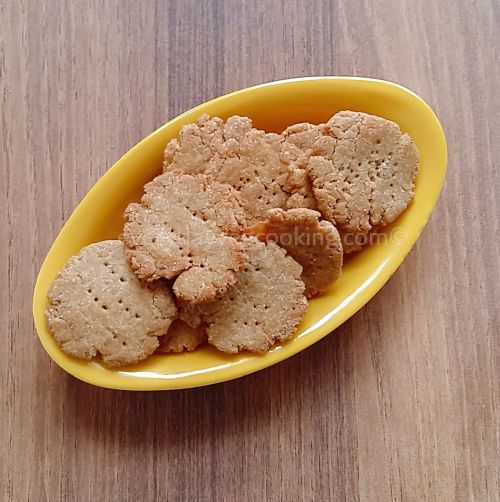 Crispy mathri made at home
