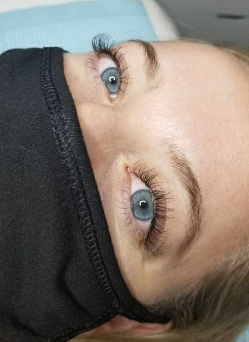 Here's What to Know Before Getting Eyelash Extensions + The Pros & Cons