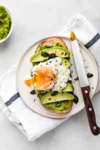 Smashed Peas on Toast- the new green toast you'll obsess over. 5 minutes to make, super healthy and delicious! #peas #toast #breakfast #healthy #healthyrecipes