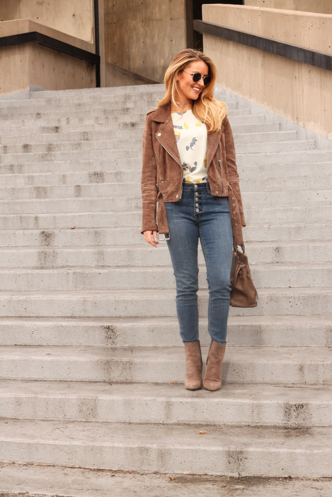Amber from Every Once in a Style is wearing Guess booties and a Vince Camuto bag