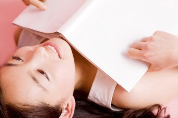 寝転んで音読する女性