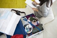 留学の身支度をする女性