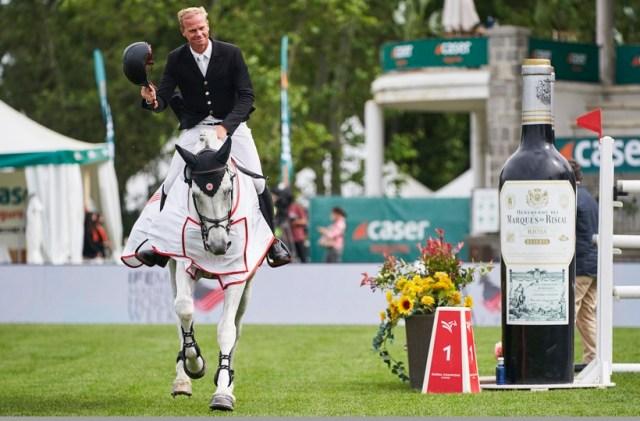 Jérôme Guery riding grey stallion, Grupo Prom Milton