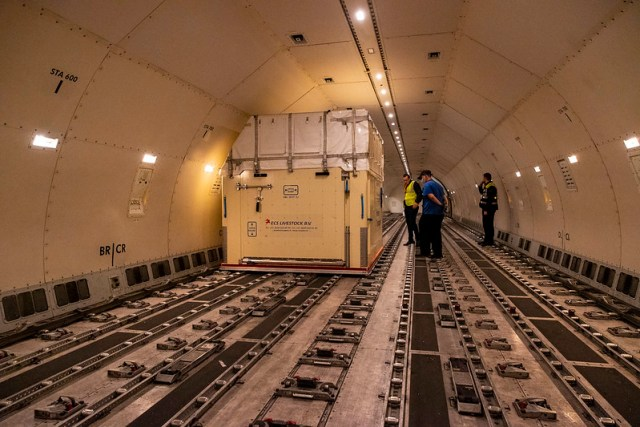Loading horses into the plane from Emirates Departure of the horses to the Olympic Games in Tokyo from Liege - Belgium 2021 © FEI/Leanjo de Koster