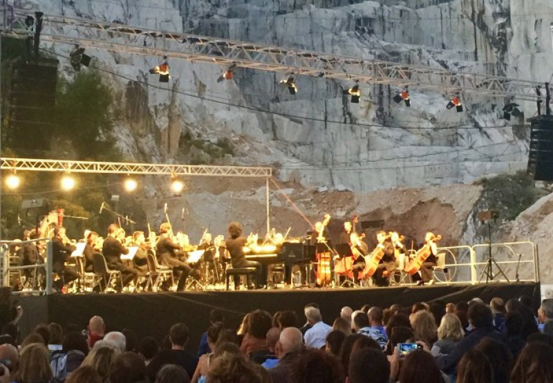 White Carrara Downtown - Concert in a marble quarry