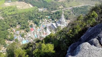 Blick vom oberen Bereich des Tiger Cave Tempels ins Tal