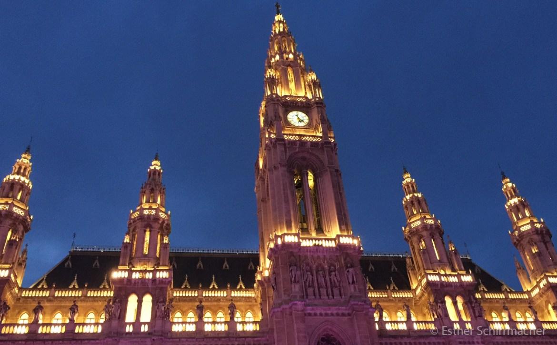 Das Wiener Rathaus bei abendlicher Beleuchtung