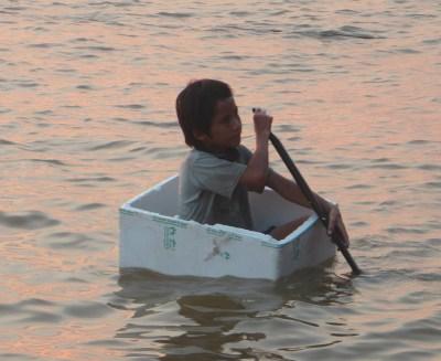 Kind in Karton auf dem Tonle Sap