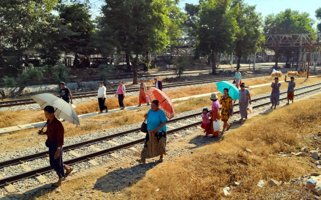 Leute auf Gleisen in Yangon