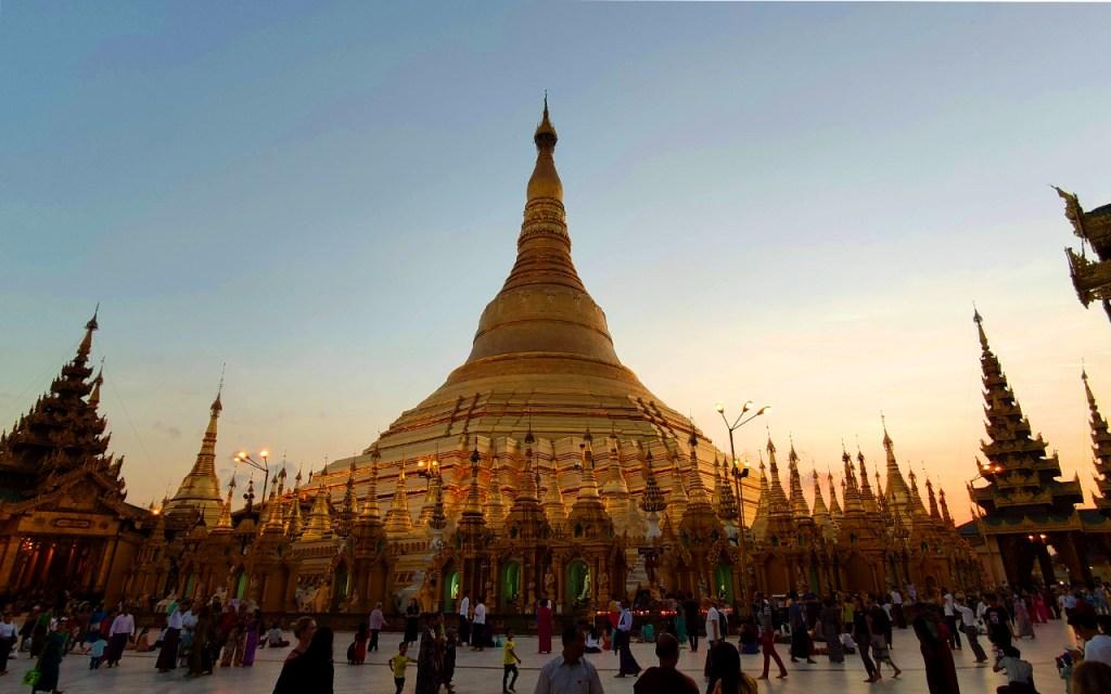 Die Stupa der Shwedagong Pagode bei Sonnenuntergang