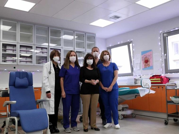 Η νοσηλεύτρια Ευσταθία Καμπισιούλη ήταν η πρώτη που το έκανε