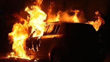 Χαλκίδα: Αυτοκίνητο πήρε φωτιά στον Καράμπαμπα