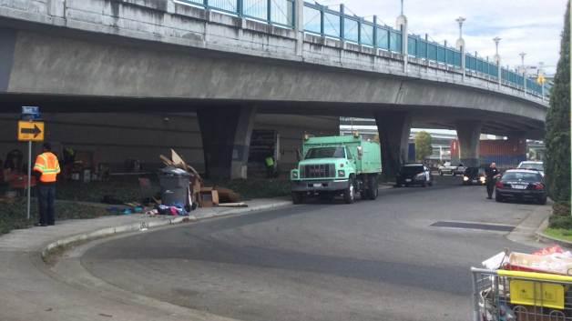 homeless-encampment-clearing-oakland-emeryville