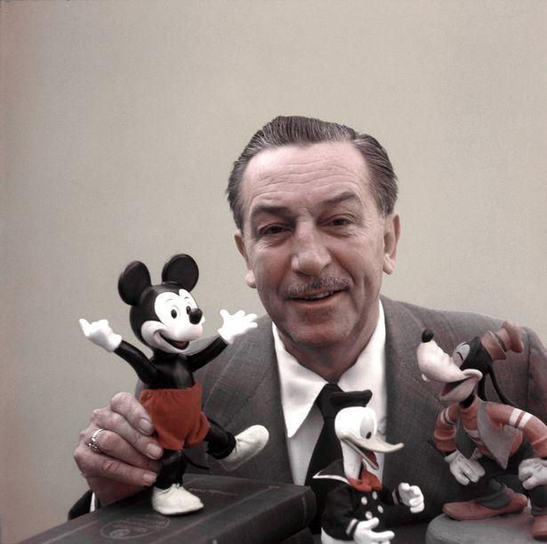 Уолт Дисней руководил открытием Диснейленда в 1955 году.