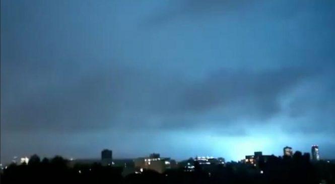 «Признаки апокалипсиса»: очевидцев в Мексике пугают странные вспышки в небе