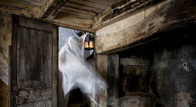 Блогер решил провести ночь в доме с привидениями