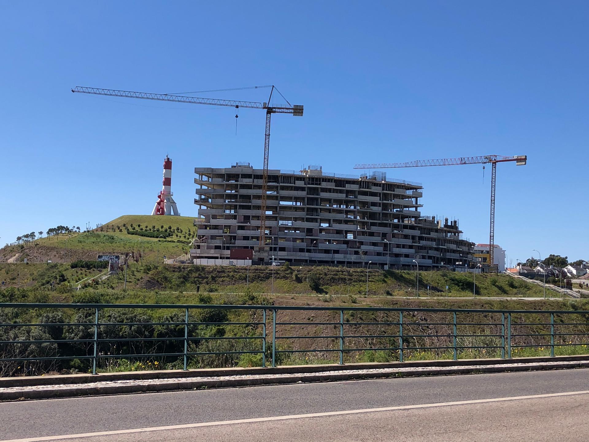 Farol da Mama rodeado de construção