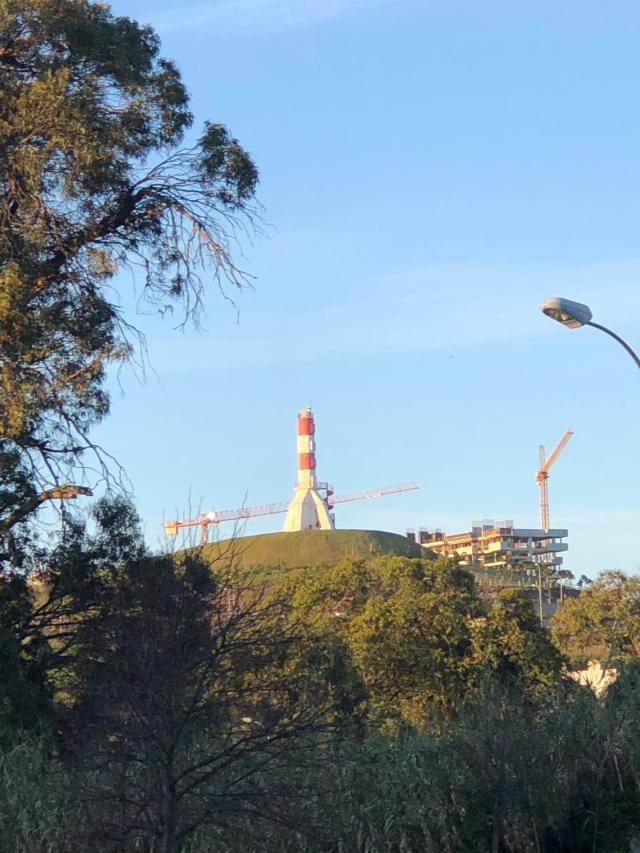 Farol da Mama de Carnaxide rodeado de urbanização em construção