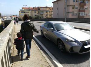 a caminho da creche por um passeio estreito e carros a velocidade excessiva