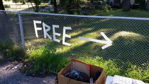 """Arrow with a sign """"free"""""""