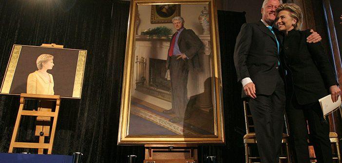 Чета Клинтон на фоне своих портретов