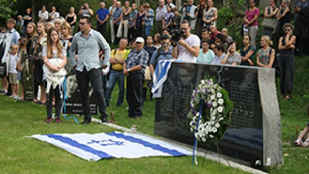 Мемориальный камень на месте расстрела евреев в Молетае