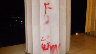 15-august-lincoln-vandali-_97397319_lincolnmemorialgraffiti08-15-17