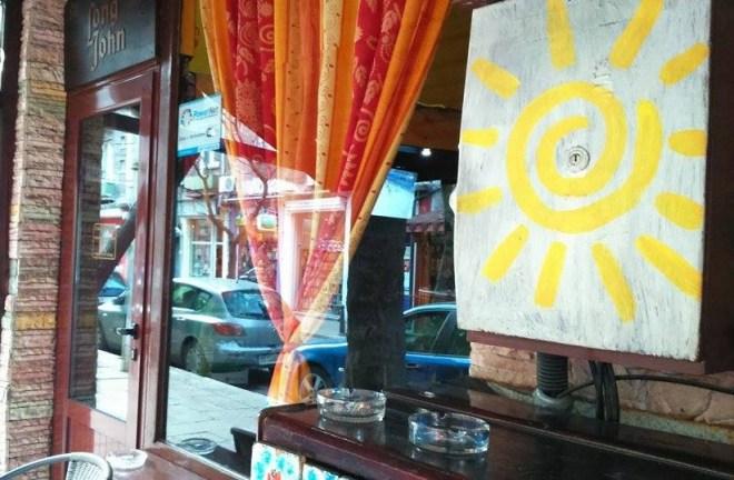 """""""Long John"""" е един от баровете, спечелили клиенти заради спазването на забраната. Фото: Л.Константинова/Евромегдан"""