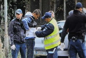 Столичната полиция задържа 24 мъже, две жени и четири деца.в Северния парк, София, през м.септември 2014.. Емигрантите вероятно са докарани и изоставени там от каналджии. Снимката е от телевизионен екран. Фото: Bulphoto.com