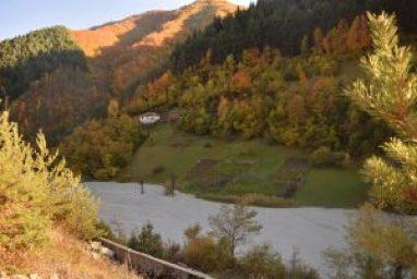 Есента в Родопите придава особен чар на хвостохранилището Наесен хвостохранилището придобива особен чар
