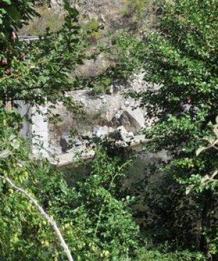 """Водохващането на малката ВЕЦ """"Влахи"""" ясно дели Влахина река - от едната страна реката я има, от другата се виждат само сухи бели камъни. Нагоре по течението на реката обаче има още две централи, които обуздават водите й и провокират тревожния въпрос още колко може да преживее. Фото: Руслан Йорданов / Евромегдан"""