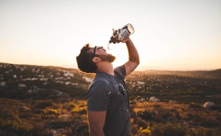 Ile wody pić dziennie – co na to ajurweda
