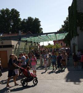 ZOO w Pradze. Kolejka przed wejściem.