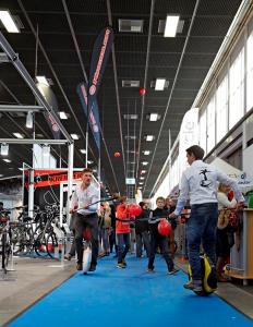 Auf der Velo Berlin wurde in den Gängen auf engstem Raum Hockey auf den EWheels Solowheel, Inmotion V3 präsentiert und gezeigt, was möglich ist auf Solowheels, Airwheels, Ninebot One