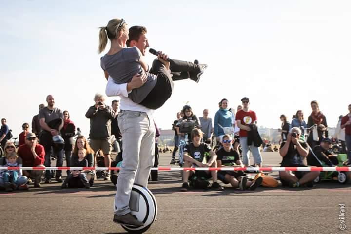 Mit dem elektrischen Einrad Die einzig wahre Art seine Frau in Zukunft über die Schwelle zu tragen