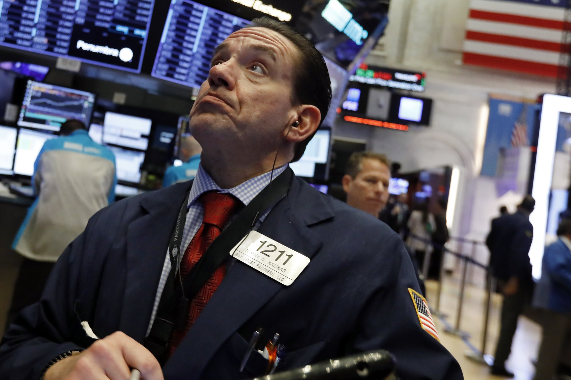 Stocks take a beating after iPhone sales slip; Dow falls 660