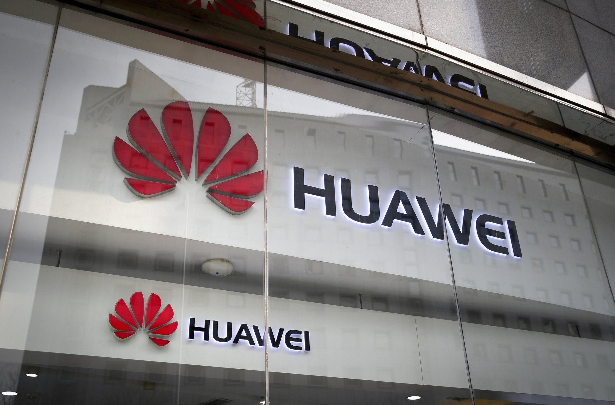 As US pushes to ban Huawei, UK considers softer approach