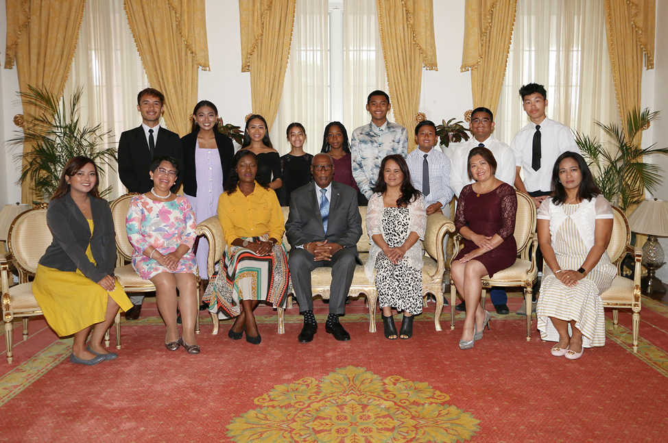 Students attending schools in Canada visit Government House