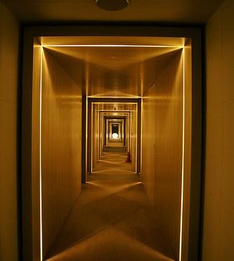 W Seoul – Walkerhill 666 Wホテル ソウル・ウォーカーヒルの光で演出された廊下