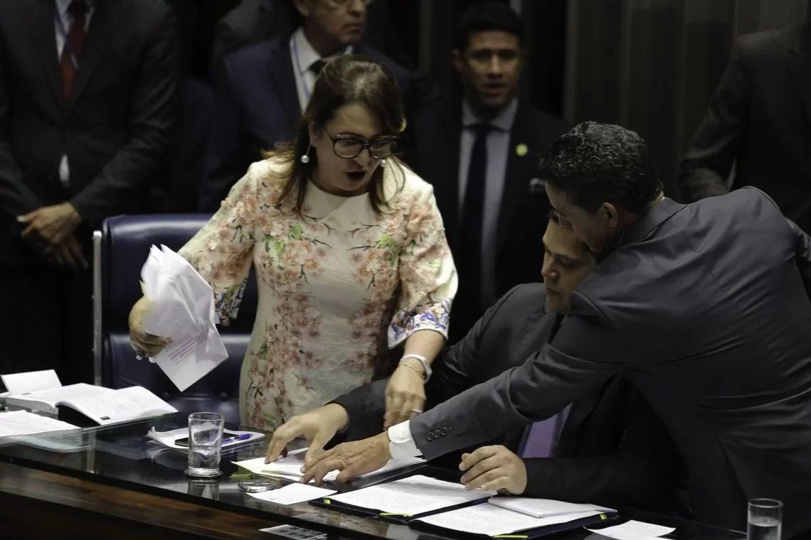 Kátia Abreu entrega flores para Davi Alcolumbre após roubo de pasta | Exame