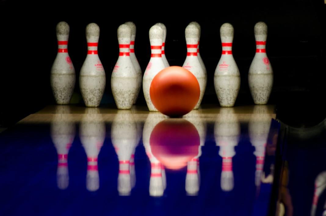 Uma bola de boliche possui resistência à mudança de movimentos devido à sua massa. Para tal, é necessário aplicar uma força de aceleração maior. Foto de Skitterphoto no Pexels