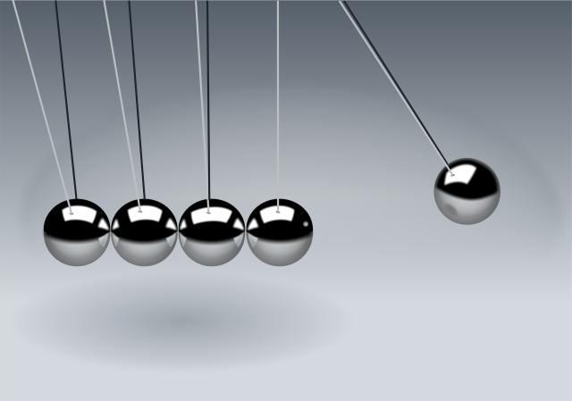 O pêndulo de Newton é um instrumento muito utilizado para o ensino de ação e reação da Terceira Lei de Newton e da conservação de energia. Foto de Pixabay no Pexels