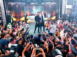 Shahid Kapoor with host Siddharth Kannan at IIFA Stomp (3)