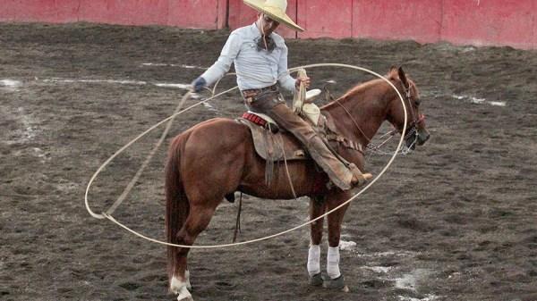"""Pedro Bañuelos de Charros de Morelia """"Oro"""" sostiene un resorte anquero durante la terna en el ruedo"""