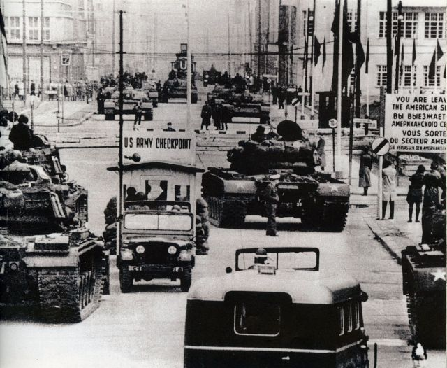 1245px-us_army_tanks_face_off_against_soviet_tanks2c_berlin_1961