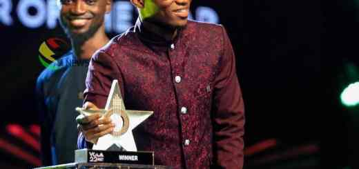 Kofi Kinaata receives GH¢10,000 from Vodafone
