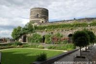 Vue sur l'une des tours et rempart du château d'Angers