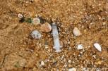 Drole de découverte sur la plage . Deux seringues l'une à coté de l'autre.